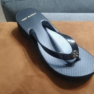 Cut out wedge Tory Burch flip flop black sz 7